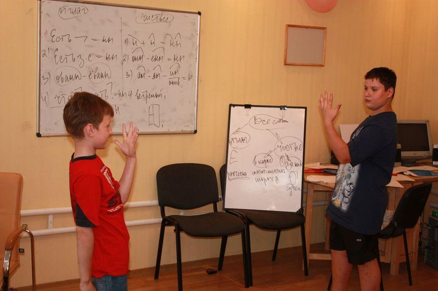 организатор школы Григорий помогает Наталье вести занятия